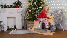 Montar a caballo de la niña en Toy Horse almacen de metraje de vídeo