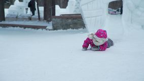 Montar a caballo de la niña rápido en la diapositiva del hielo almacen de video