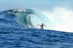 Montar a caballo de la persona que practica surf en barril en onda perfecta Fotografía de archivo