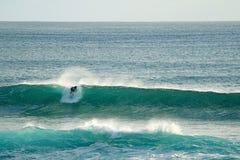 Montar a caballo de la persona que practica surf en las ondas enormes en el Océano Pacífico en Hanga Roa, isla de pascua, Chile,  fotografía de archivo libre de regalías