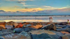 Montar a caballo de la playa imagen de archivo libre de regalías