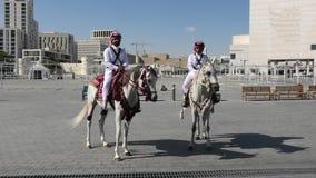 Montar a caballo de la policía en Souq Waquif almacen de video