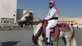 Montar a caballo de la polic?a en el centro de Doha almacen de metraje de vídeo