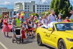 Montar a caballo de la reina de belleza en un desfile de la Navidad, seguido por los niños fotos de archivo