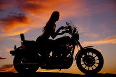 Montar a caballo de la silueta de la motocicleta de la mujer Imágenes de archivo libres de regalías