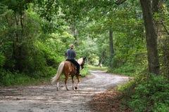 Montar a caballo de lomo de caballo del hombre Fotografía de archivo libre de regalías