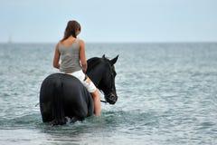 Montar a caballo de lomo de caballo en el mar Fotos de archivo libres de regalías