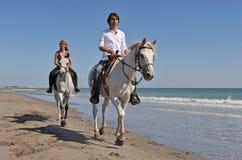 Montar a caballo de lomo de caballo en la playa Fotos de archivo libres de regalías