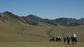 Montar a caballo de lomo de caballo en Mongolia Imagenes de archivo