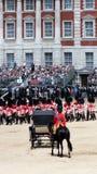 Montar a caballo de príncipe Charles detrás del carro real Imagen de archivo