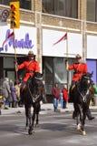 Montar a caballo de RCMP en desfile del día de San Patricio Foto de archivo libre de regalías