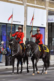 Montar a caballo de RCMP en desfile del día de San Patricio Imagen de archivo