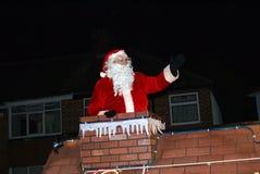 Montar a caballo de Santa Claus en un desfile del trineo en la noche Fotos de archivo