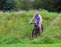 Montar a caballo del adolescente en la bici Imágenes de archivo libres de regalías