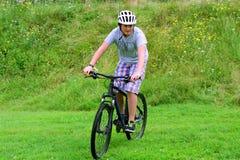 Montar a caballo del adolescente en la bici Foto de archivo