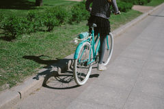 Montar a caballo del adolescente en una calle con una bicicleta Fotos de archivo libres de regalías