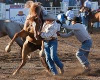 Montar a caballo del Bronc de las personas - hermanas, rodeo 2011 de Oregon Foto de archivo