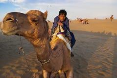 Montar a caballo del camello en Jaisalmer Imagen de archivo libre de regalías