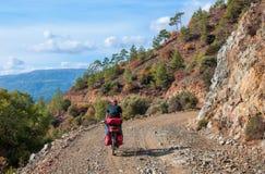 Montar a caballo del ciclista en serpentina de la montaña en Turquía Fotografía de archivo libre de regalías