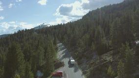 Montar a caballo del coche en las montañas metrajes