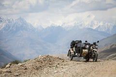 Montar a caballo del coche lateral en las montañas foto de archivo libre de regalías