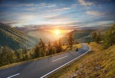 Montar a caballo del conductor de motocicleta en carretera alpina Fotografía al aire libre, imágenes de archivo libres de regalías