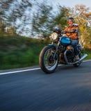 Montar a caballo del conductor de motocicleta en la carretera alpina, Nockalmstrasse, Austria, Europa foto de archivo