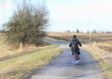 Montar a caballo del hombre joven en una moto Fotos de archivo