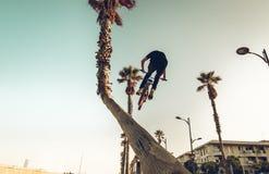 Montar a caballo del jinete de la bici de Bmx en la calle fotos de archivo