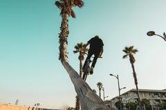 Montar a caballo del jinete de la bici de Bmx en la calle imagen de archivo libre de regalías