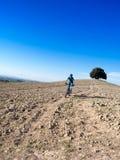 Montar a caballo del motorista de la montaña con paisaje toscano Fotos de archivo libres de regalías