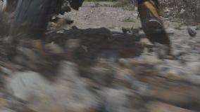 Montar a caballo del motorista en la motocicleta en el camino de la grava en montaña Motorista de Moto que conduce en la motocicl metrajes