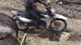 Montar a caballo del motorista en la motocicleta en la montaña del camino Motorista de Moto que conduce en la motocicleta en cami almacen de metraje de vídeo