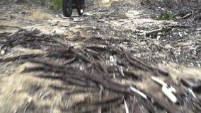 Montar a caballo del motorista en la motocicleta en la montaña del camino Motorista de Moto que conduce en la motocicleta en cami metrajes