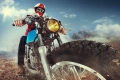 Montar a caballo del motorista en una motocicleta imagen de archivo