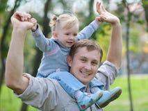 Montar a caballo del niño su papá en el parque Fotografía de archivo