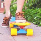 Montar a caballo del skater del primer por el monopatín al aire libre Skatebord en la ciudad, calle Fotos de archivo libres de regalías