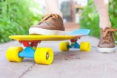 Montar a caballo del skater del primer por el monopatín al aire libre Skatebord en la ciudad, calle Imagen de archivo libre de regalías
