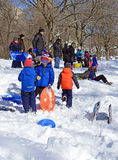 Montar a caballo del trineo de los niños en la nieve Fotografía de archivo