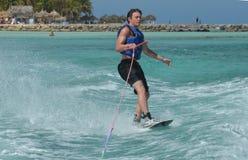 Montar a caballo del Wakeboarder con solamente una mano en Aruba Imagenes de archivo