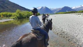 Montar a caballo en Glenorchy, Nueva Zelanda imagen de archivo