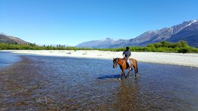 Montar a caballo en Glenorchy, Nueva Zelanda imágenes de archivo libres de regalías