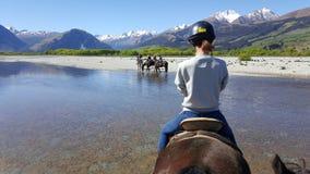 Montar a caballo en Glenorchy, Nueva Zelanda foto de archivo libre de regalías