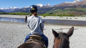 Montar a caballo en Glenorchy, Nueva Zelanda fotos de archivo