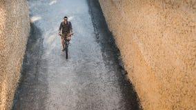 Montar a caballo en la bici abajo de la calle, visión superior del ciclista del hombre joven Concepto de reclinación urbano de la Fotos de archivo