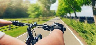 Montar a caballo en la bicicleta, velocidad rápida, efecto de envejecimiento del hombre imágenes de archivo libres de regalías