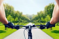 Montar a caballo en la bicicleta, velocidad rápida, efecto de envejecimiento del hombre foto de archivo