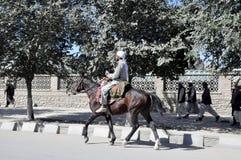 Montar a caballo en la ciudad de Kabul fotos de archivo