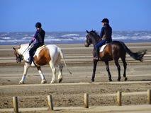 Montar a caballo en la orilla de mar Fotos de archivo libres de regalías