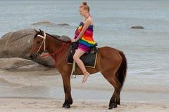 Montar a caballo en la playa Imagen de archivo libre de regalías